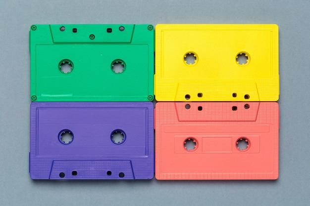 Cassetes retro brilhantes em cinza claro