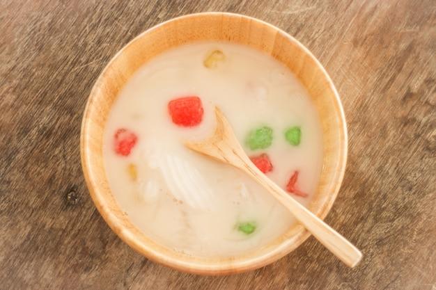 Castanha d'água revestida com amido de tapioca em creme de coco