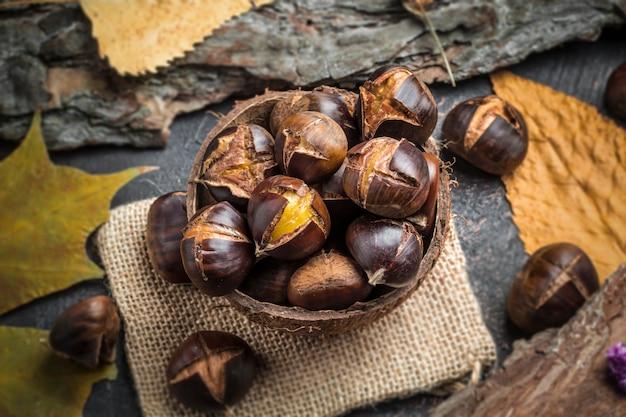 Castanhas assadas. comida tradicional de outono.