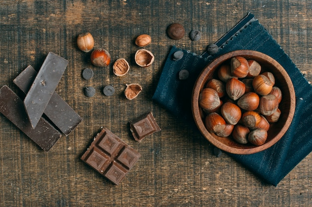 Castanhas de vista superior com chocolate