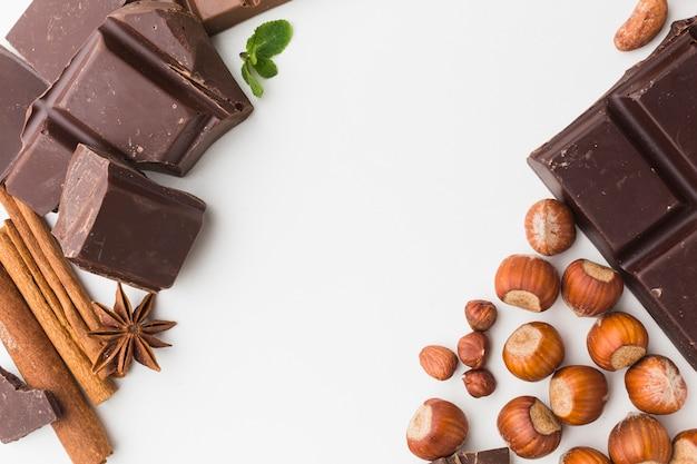 Castanhas e chocolate em posição plana