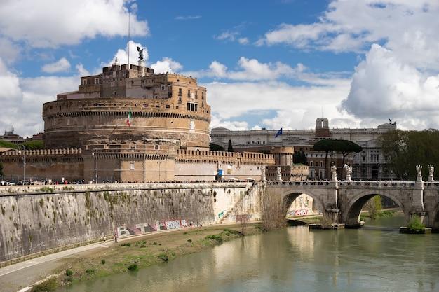 Castel sant'angelo. antiga fortaleza em roma com ponte e rio.