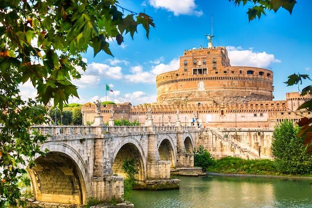 Castel sant'angelo e a ponte de sant'angelo durante um dia ensolarado em roma, itália.