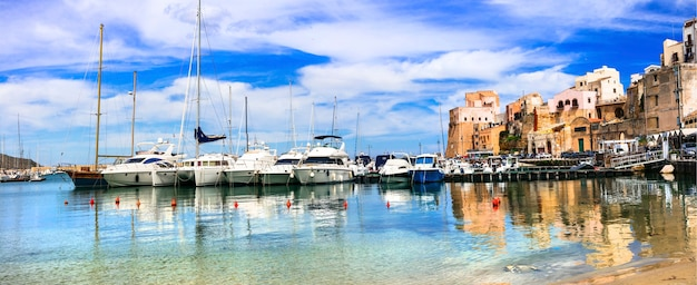 Castellammare del golfo - bela cidade costeira na ilha da sicília. itália
