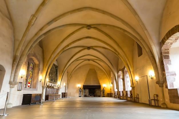 Castelo antigo, sala com lareira, velha europa. arquitetura tradicional europeia, lugares famosos para turismo e viagens, tecnologias medievais
