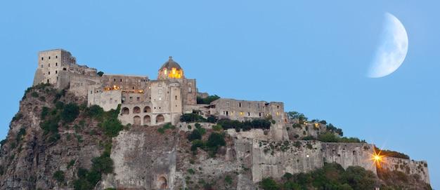 Castelo aragonês na ilha de ischia por noite