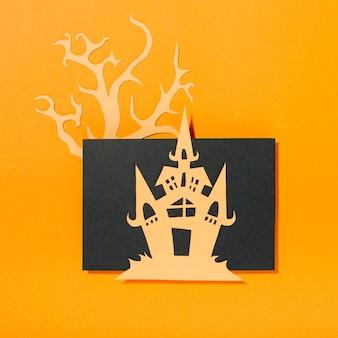 Castelo colocado na folha de papel e árvore