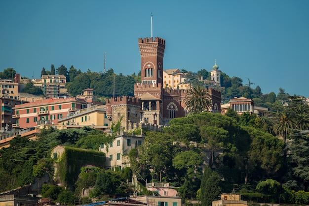 Castelo d'albertis nas colinas de gênova