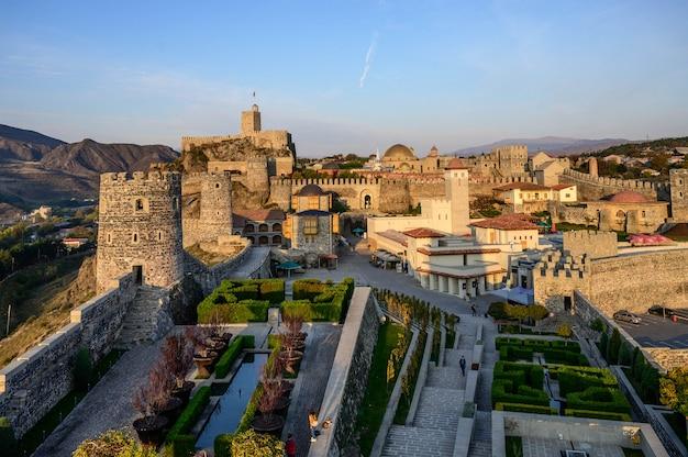 Castelo da fortaleza de rabati na cidade de akhaltsikhe em geórgia do sul com céu azul.