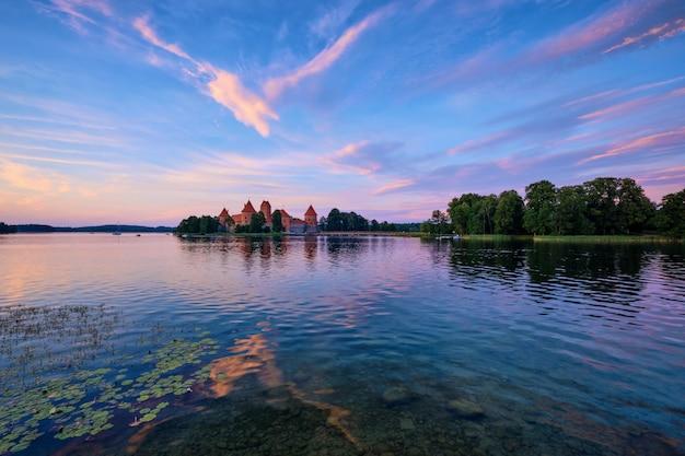 Castelo da ilha de trakai no lago galve, lituânia