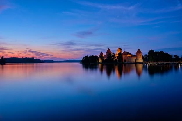 Castelo da ilha trakai no lago galve lituânia