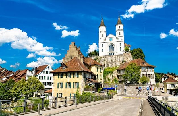 Castelo de aarburg e igreja na suíça