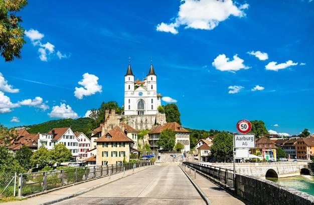 Castelo de aarburg e igreja no cantão de aargau, suíça