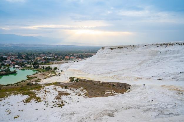 Castelo de algodão de pamukkale em denizli, turquia