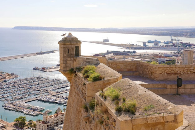 Castelo de alicante santa barbara com vista aérea panorâmica da famosa cidade turística da costa blanca, espanha
