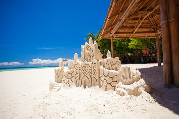 Castelo de areia em uma praia tropical branca em boracay, filipinas