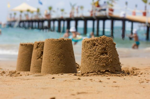 Castelo de areia na praia à beira-mar