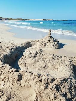 Castelo de areia na praia de penna grossa, torre guaceto