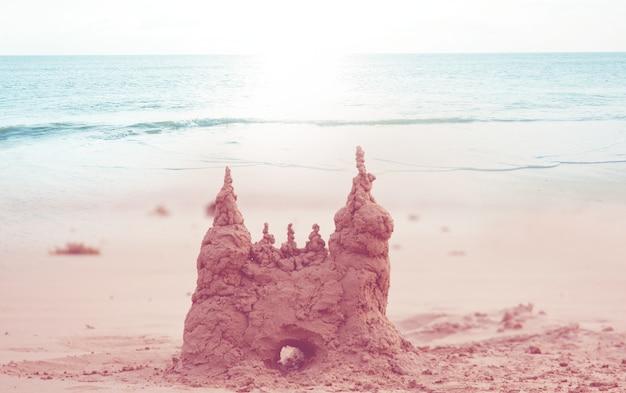 Castelo de areia na praia do mar