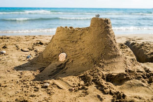 Castelo de areia na praia do oceano