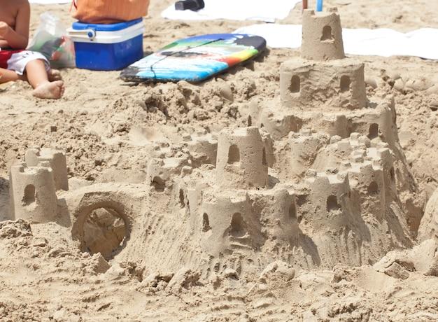 Castelo de areia na praia.