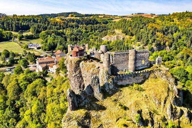 Castelo de arlempdes no topo de uma rocha basáltica em um meandro do rio loire. haute-loire, frança