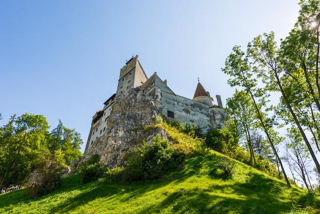 Castelo de bran à luz do dia em brasov