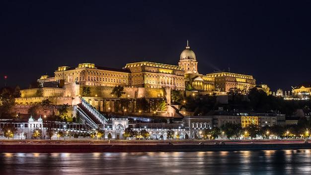 Castelo de buda, visto do rio danúbio, em budapeste, hungria