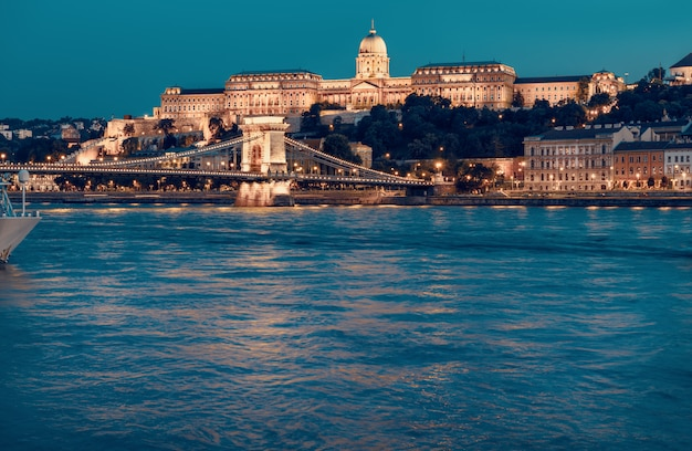 Castelo de budapeste e a famosa ponte das correntes em budapeste à noite