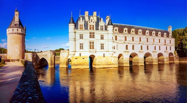 Castelo de chenonceau elegante à luz do susnset. belos castelos do vale do loire na frança