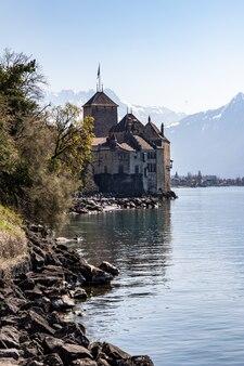 Castelo de chillon em montreux suíça e os alpes ao fundo