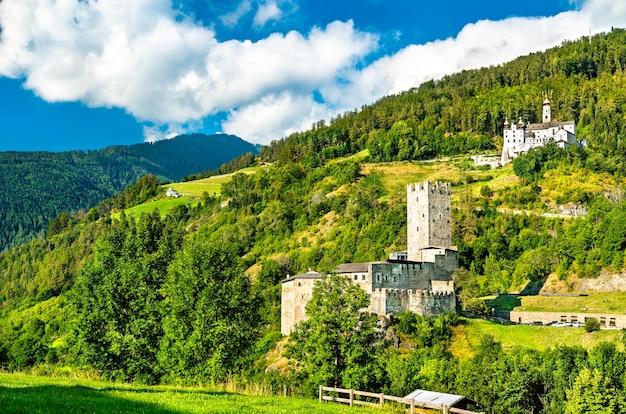 Castelo de furstenburg e abadia de marienberg em burgeis - tirol do sul, itália