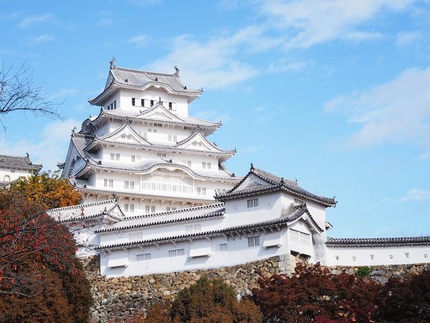 Castelo de himeji na estação do outono, japão.