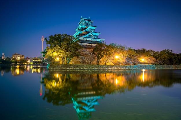 Castelo de hiroshima durante a temporada de cerejeiras em flor no japão