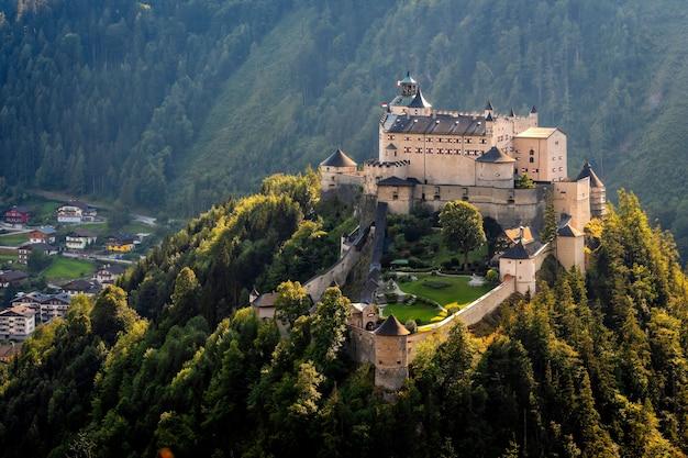 Castelo de hohenwerfen e fortaleza acima do vale de salzach em werfen na áustria