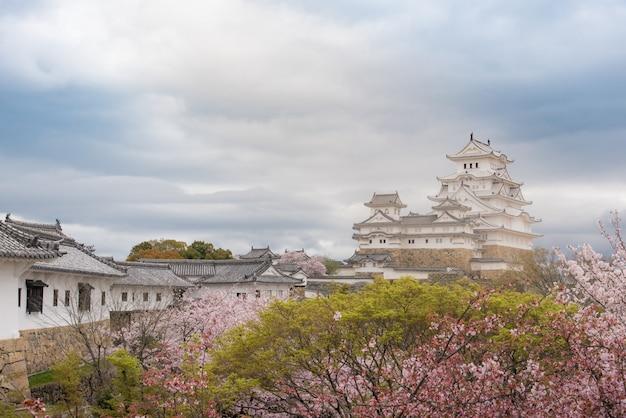 Castelo de japão himeji, white heron castle na bela temporada de flor de cerejeira sakura