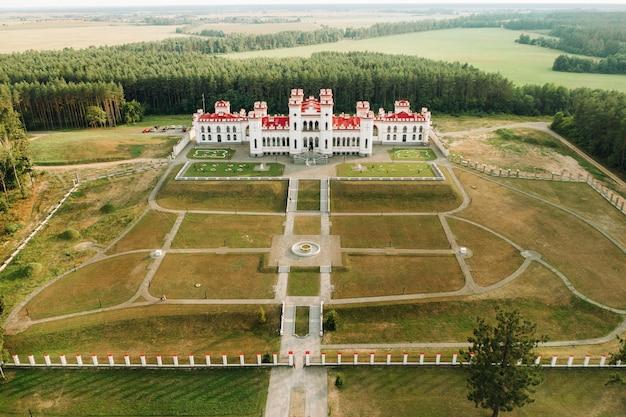 Castelo de kossovsky de verão no palácio de belarus.puslovsky.