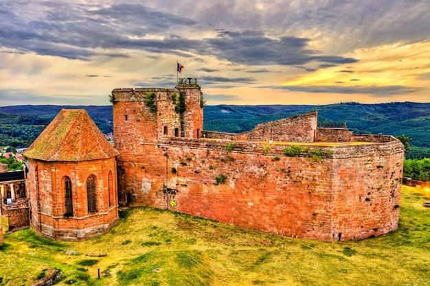 Castelo de lichtenberg nas montanhas de vosges do norte - bas-rhin, alsácia, frança