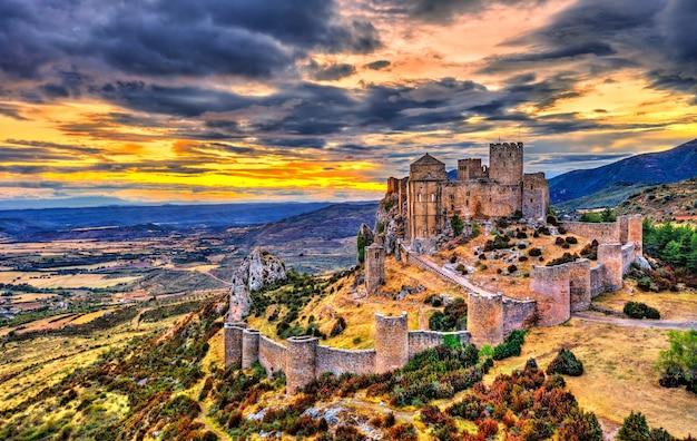 Castelo de loarre ao pôr do sol. província de huesca - aragão, espanha