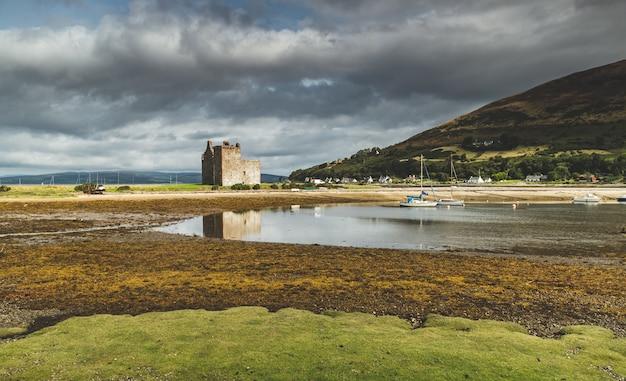 Castelo de lochranza ao lado da baía da ilha de arran.