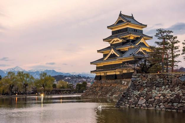 Castelo de matsumoto acende ao entardecer