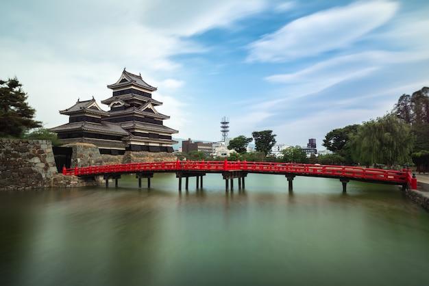 Castelo de matsumoto contra o céu azul na cidade de nagono, japão