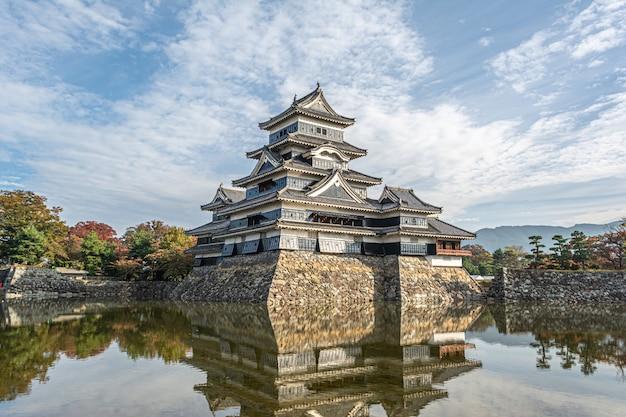 Castelo de matsumoto na temporada de outono, matsumoto, japão