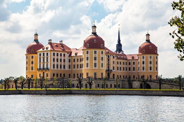 Castelo de moritzburg perto de dresden, alemanha, um palácio barroco, no estado alemão da saxônia