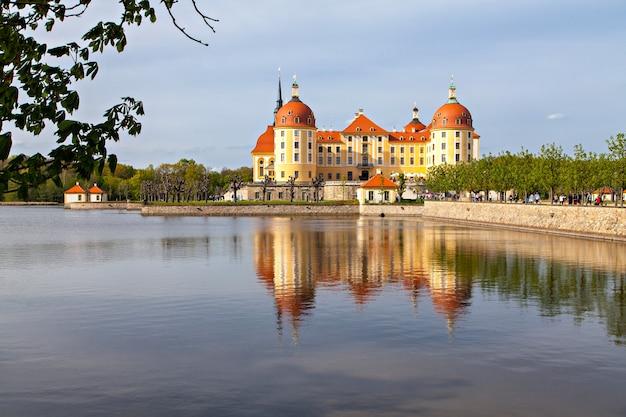 Castelo de moritzburg, um palácio barroco em moritzburg, no estado alemão da saxônia