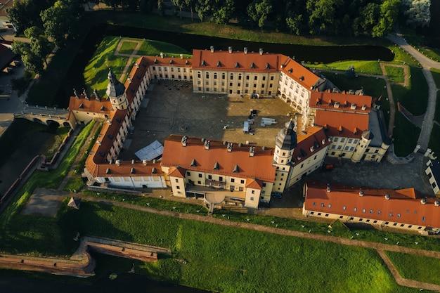 Castelo de nesvizh de verão na cidade de nesvizh.