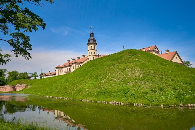 Castelo de nesvizh em dia de verão com céu azul. marco turístico na bielo-rússia, monumento cultural
