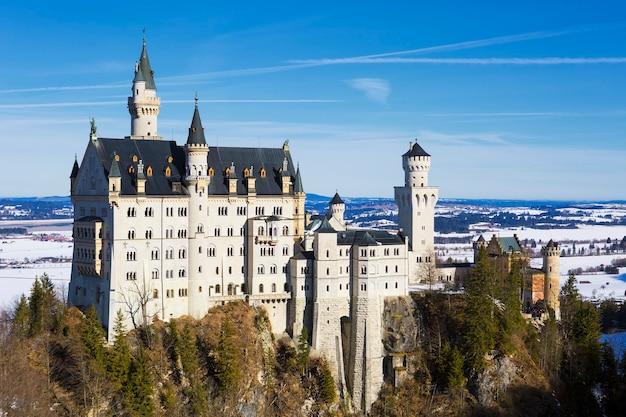 Castelo de neuschwanstein ao pôr do sol na paisagem de inverno. alemanha