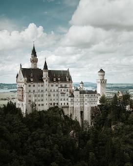 Castelo de neuschwanstein nos alpes da baviera, alemanha.