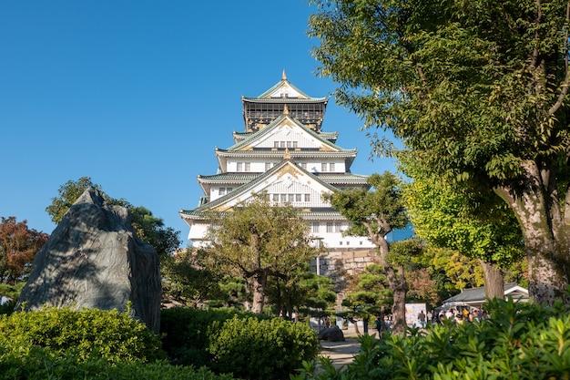 Castelo de osaka em osaka com folhas de outono. conceito de viagens do japão